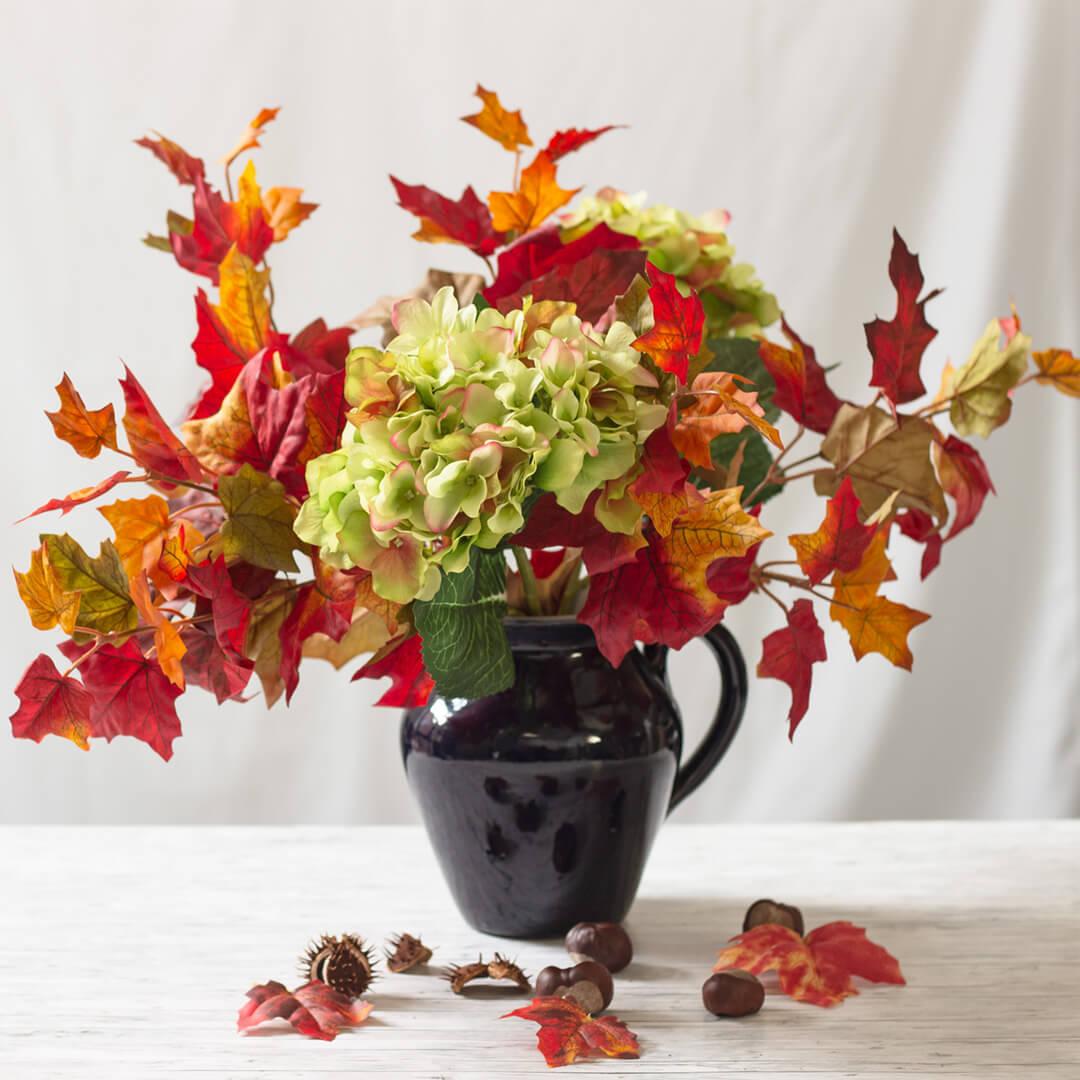 Herbst-Ahornzweig-und-grüne-Hortensien