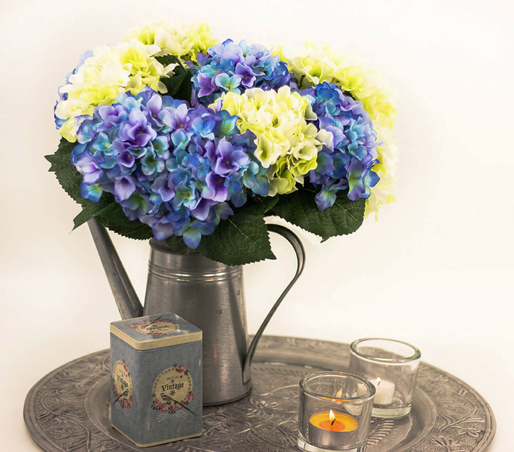 IMG_368-hortensien-creme-und-blau-auf-silbernes-Tablett